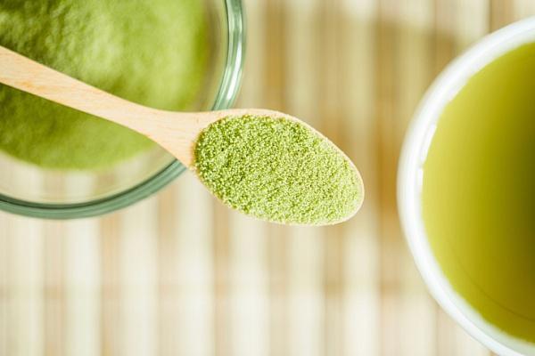 Ложка с зеленым чаем