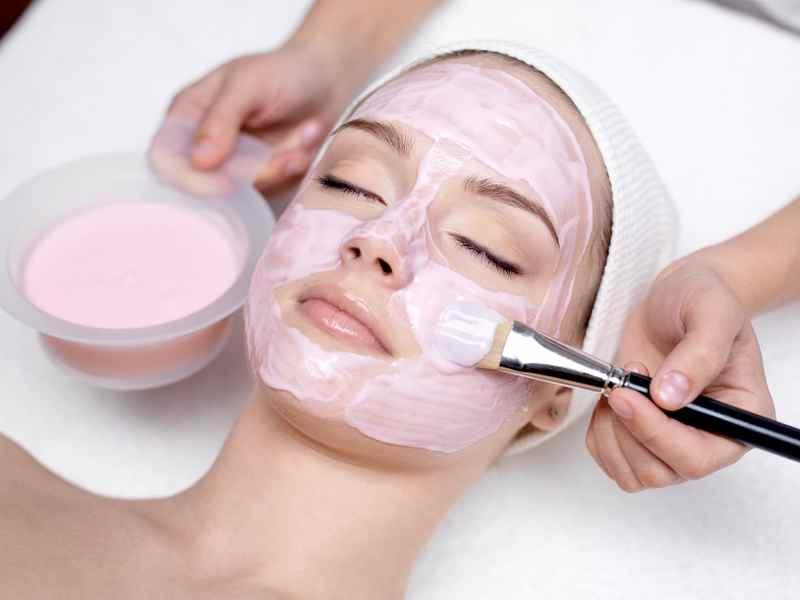 Нанесение на лицо маски из розовой глины