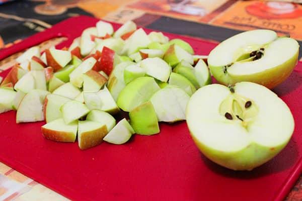 Яблоко нарезанное кубиками